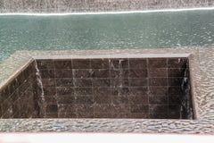 Mooie mening die van 9/11 tweeling ?? ??s van Memorial?? ?op pools wijzen Grootste kunstmatige watervallen Historisch plaatsencon royalty-vrije stock afbeelding