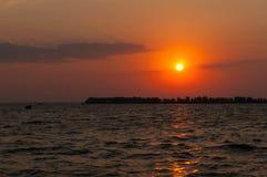 Mooie mening die van zon over water toenemen royalty-vrije stock afbeelding