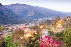 Mooie mening, het District van BO Kluea bij schemering, bergenachtergronden Het district is natuurlijk zoutwater twee gegroeid He royalty-vrije stock foto