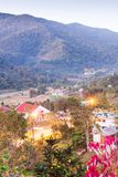 Mooie mening, het District van BO Kluea bij schemering, bergenachtergronden Het district is natuurlijk zoutwater twee gegroeid He stock foto