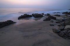 Mooie mening over een klip door de oceaan Stock Afbeelding