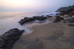 Mooie mening over een klip door de oceaan Stock Foto