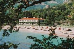 Mooie mening over het zandstrand dichtbij Sveti Stefan royalty-vrije stock foto
