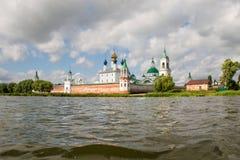 Mooie mening over kerk, Rostov Veliky, Rusland Stock Foto