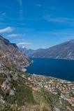 Mooie mening over Limone sul Garda van de berghelling Stock Foto's