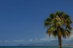 Mooie mening over Middellandse Zee met schoon water en blauwe hemel met wolken Achtergrond Stock Afbeeldingen