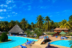 Mooie mening over Tropische pool op het Caraïbische overzees, palmen, Cuba, oceaan Stock Afbeelding