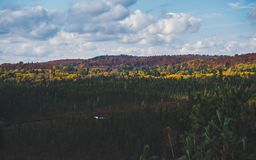 Mooie mening over typisch Canadees plattelandslandschap met kleurrijk de herfstbos in Algonquin Park, Canada stock foto