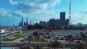 Mooie mening van Abu Dhabi-van het stadshorizon en oriëntatiepunt torens van de cornichestraat bij vroege ochtend, wolken en blau stock footage