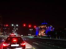 Mooie mening van Abu Dhabi-van stadsstraten en Emiraten paleis bij nacht stock fotografie
