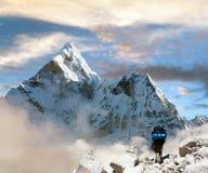 Mooie mening van Ama Dablam met toerist en mooie wolken Royalty-vrije Stock Foto's