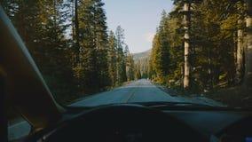 Mooie mening van autostuurwiel, die langs berg bosweg drijven in van het het parkhout van Yosemite de nationale langzame motie stock videobeelden