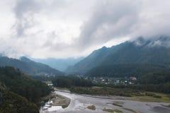 Mooie mening van bergrivier in de zomer Stock Fotografie