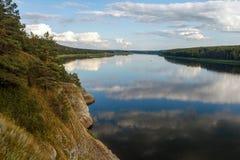 Mooie mening van bergrivier in de zomer royalty-vrije stock foto's