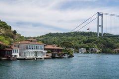 Mooie Mening van Bosphorus-Kustlijn in Istanboel met Uitstekende blokhuizen en Boot stock foto