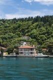 Mooie Mening van Bosphorus-Kustlijn in Istanboel met Uitstekende blokhuizen en Boot stock afbeelding
