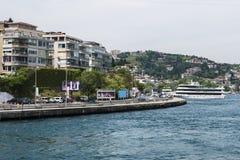 Mooie Mening van Bosphorus-Kustlijn in Istanboel met Uitstekende blokhuizen en Boot stock afbeeldingen