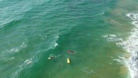 Mooie mening van van bovengenoemde surfers en golven stock video