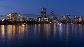 Mooie mening van centraal Perth bij blauw uur, Westelijk Australië stock fotografie