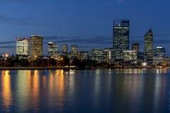 Mooie mening van centraal Perth bij blauw uur, Westelijk Australi? stock foto