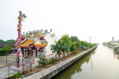 Mooie mening van Chinese tempel dichtbij Sansab-kanaal, Min buridistrict van Thailand Stock Fotografie