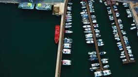 Mooie mening van de baai met jachtensatellietbeeld stock video