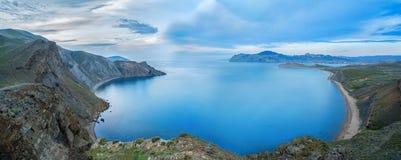 Mooie mening van de berg Zeegezicht, die tussen bergen, panorama overstromen Stock Foto