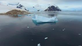 Mooie mening van de bergen in de sneeuw en de ijsberg in het water Andreev stock video