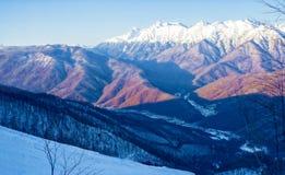 Mooie mening van de bergpieken op een zonnige dag Sotchi, Russ royalty-vrije stock foto
