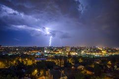 Mooie mening van de bliksem in de nachtstad Royalty-vrije Stock Afbeeldingen