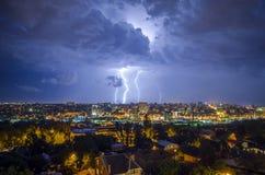 Mooie mening van de bliksem in de nachtstad Stock Afbeeldingen