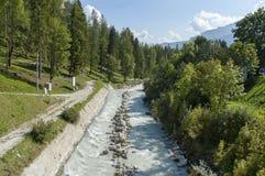 Mooie mening van de Boite-rivier met open sediment van rosk en berg in Cortina D ` Ampezzo, Dolomietbergen, Alpen Stock Foto's