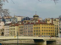 Mooie mening van de brug, de rivier en de uitstekende gebouwen op de kust in de winter Lyon, Frankrijk royalty-vrije stock afbeeldingen