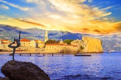 Mooie mening van de Danser van de beeldhouwwerkballerina van Budva bij zonsondergang, Montenegro Royalty-vrije Stock Fotografie