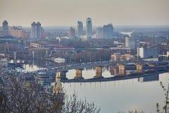 Mooie Mening van de de Dnieper-rivier, de Rivierpost, brug van Havana en de straat naberezhno-Kreschatitska in Kiev, de Oekraïne stock foto