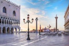 Mooie mening van de Doge` s Paleis en St Teken` s kolom op Piazza San Marco in Venetië, Italië royalty-vrije stock foto