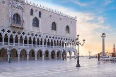 Mooie mening van de Doge` s Paleis en St Teken` s kolom op Piazza San Marco in Venetië, Italië royalty-vrije stock foto's