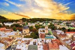 Mooie mening van de Dominicaanse Kathedraal, de Veronderstellingskerk en het historische centrum van Lviv, de Oekraïne Royalty-vrije Stock Afbeeldingen