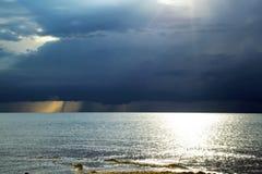 Mooie mening van de donkere hemel en het overzees Royalty-vrije Stock Fotografie