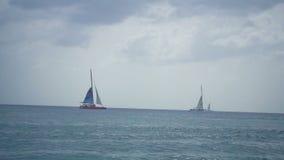 Mooie mening van de drijvende boot in de oceaan stock footage