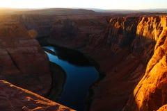 Mooie mening van de Hoefijzerkromming, Arizona, onder warm zonsonderganglicht stock afbeelding