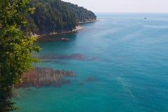 Mooie mening van de hoge kust aan het overzees en kust met kustertsaders Stock Afbeelding