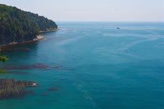 Mooie mening van de hoge kust aan het overzees en strand met kustertsaders Royalty-vrije Stock Afbeeldingen