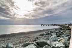 Mooie mening van de kust van de Zwarte Zee op een bewolkte de zomerdag royalty-vrije stock fotografie