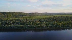 Mooie mening van de lucht Het vliegen over de riviereilanden Dichtbij Finland Rusland Karelië De zomer stock video