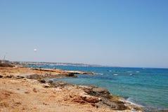 Mooie mening van de Middellandse Zee en de rotsachtige kust onder de blauwe hemel stock afbeelding