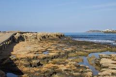 Mooie mening van de rotsachtige overzeese kust, Middellandse Zee royalty-vrije stock fotografie