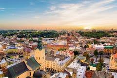 Mooie mening van de Stad Hall Tower, Adam Mickiewicz Square en het historische centrum van Lviv, de Oekraïne Royalty-vrije Stock Fotografie