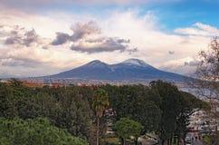 Mooie mening van de stad van Napoli Napels en berg de Vesuvius op de achtergrond bij bewolkte de winterdag Campania, Italië Royalty-vrije Stock Afbeeldingen