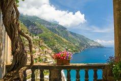 Mooie mening van de stad van Positano van antiek terras met bloemen Royalty-vrije Stock Foto